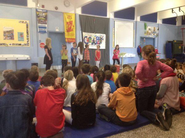 Des élèves de l'école Curé-A.-Petit lors de la conférence de presse pour le lancement du livre